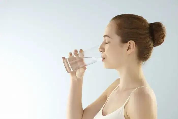 bahaya minum air putih terlalu banyak