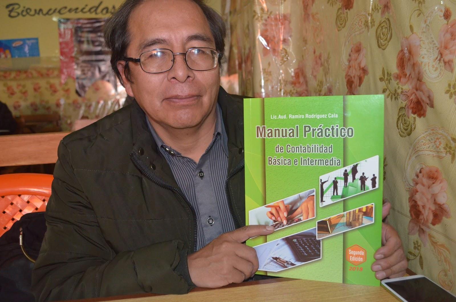 El autor con la tercera edición del libro sobre Contabilidad / ALBERTO MEDRANO