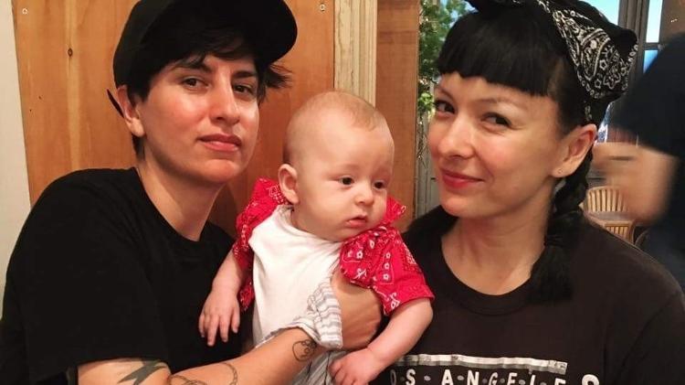 Victor do MasterChef e seu noivo são pais de Aiko, menino que também tem duas mães lésbicas