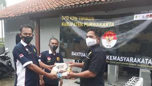 Ujang Suarna Ketua yayasan DPD KPK TIPIKOR Purwakarta Bersama Aliansi PJKR FKIP UNSIKA, Bagikan Sembako Ke Masyarakat Terdampak Banjir