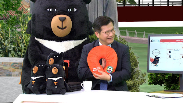 交通部長林佳龍帶著觀光宣傳大使喔熊於節目中分享旅遊秘境及周邊商品。