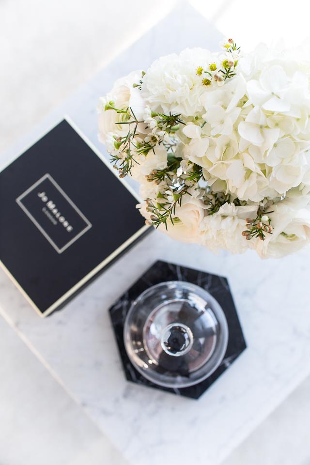 DIY kukkakimppu, olohuoneen sohvapöydällä