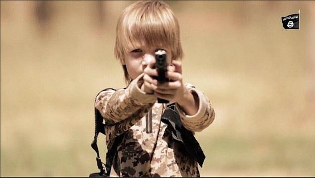 Φρίκη με ξανθό ανήλικο τζιχαντιστή να εκτελεί αιχμάλωτο (video)