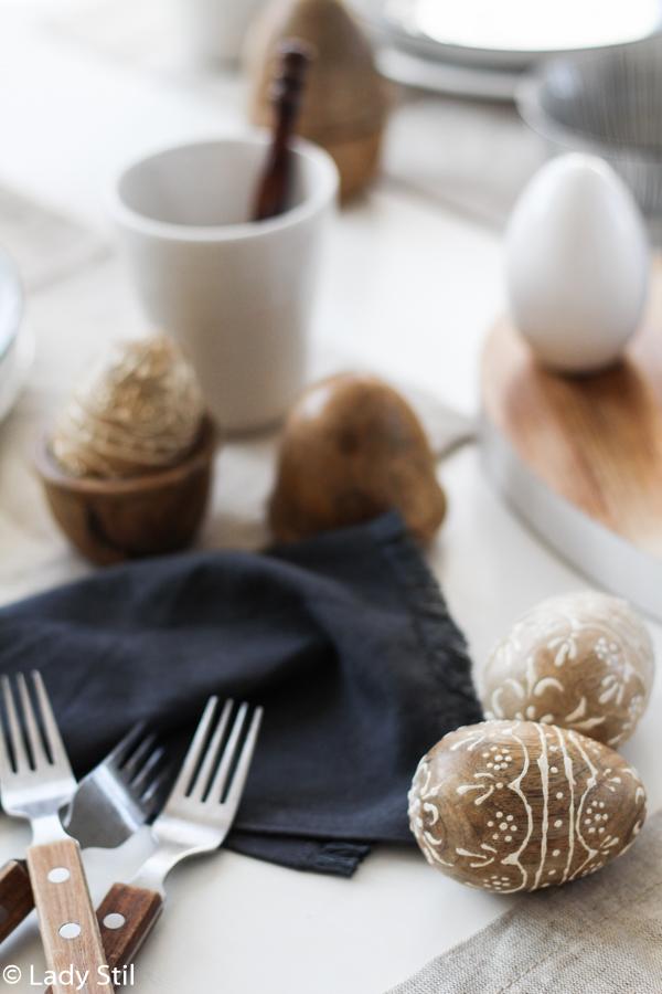 Ostertisch dekorieren minimalistisch in Schwarz Weiß und Holz, Küchenimpressionen Ostern 2017, Interiorblog, Mandala Holzeier