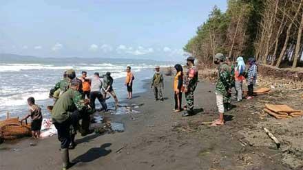 uji coba pembuatan Tanggul Darurat di Pesisir Pantai Kemiren