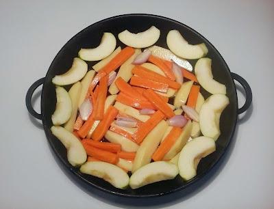 Картофель, морковь, лук и яблоки