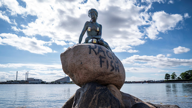 "Vandalizan 'La sirenita' de Copenhague por ser un ""pez racista"""