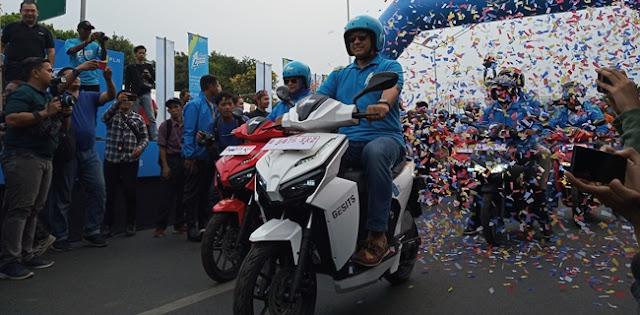Resmikan Karnaval Jakarta Langit Biru, Anies Keliling Jakarta Naik Motor Listrik