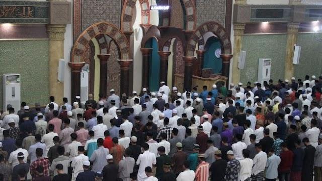 Tak Mau Ketahuan Aparat, Warga Matikan Lampu Masjid Saat Salat Tarawih