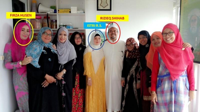 Firza Husein berfoto beramai-ramai bersama Rizieq dan istri