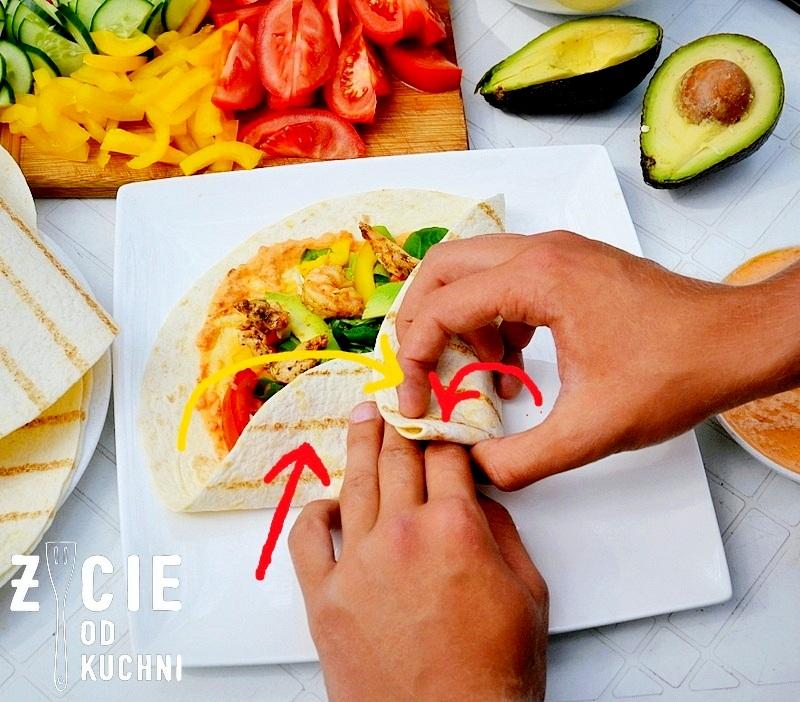 jak zwinac tortille, jak zwinac wrapa, zawijanie wrapa, jak zwinac tortille, tortilla z biedronki, tortilla z kurczakiem, tortilla z krewetkami, tortilla z warzywami, zawijanie tortilli, zycie od kuchni