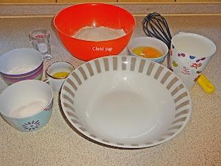 διάφορα μπολ με τα υλικά για pancakes ,αλέυρι ,ζαχαρη,αυγά ,λαδι,μπαικιν παουντερ ,αλατι