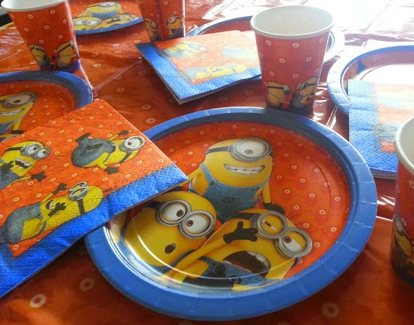 Despicable Me Minions Party Supplies Tableware Review