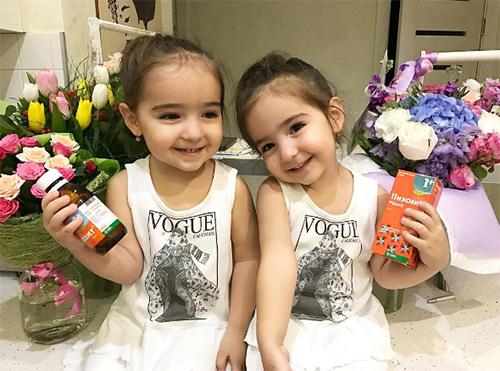 Hai thiên thần nhỏ với nụ cười trong veo, ngọt ngào.