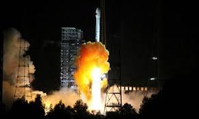 China lança primeira missão de ida e volta à Lua