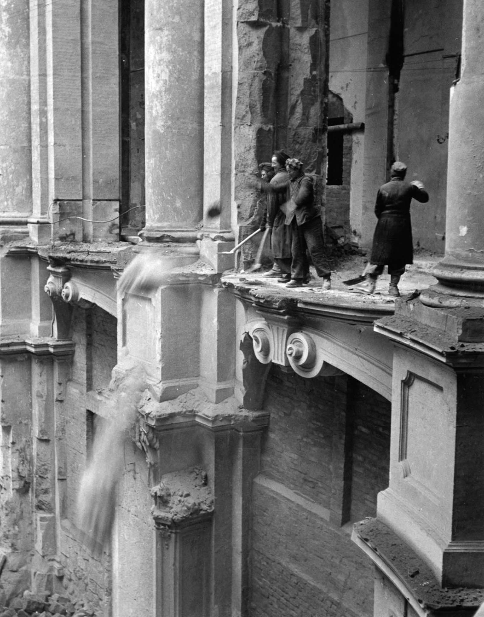 Women clear debris from the Zwinger art gallery. 1946.