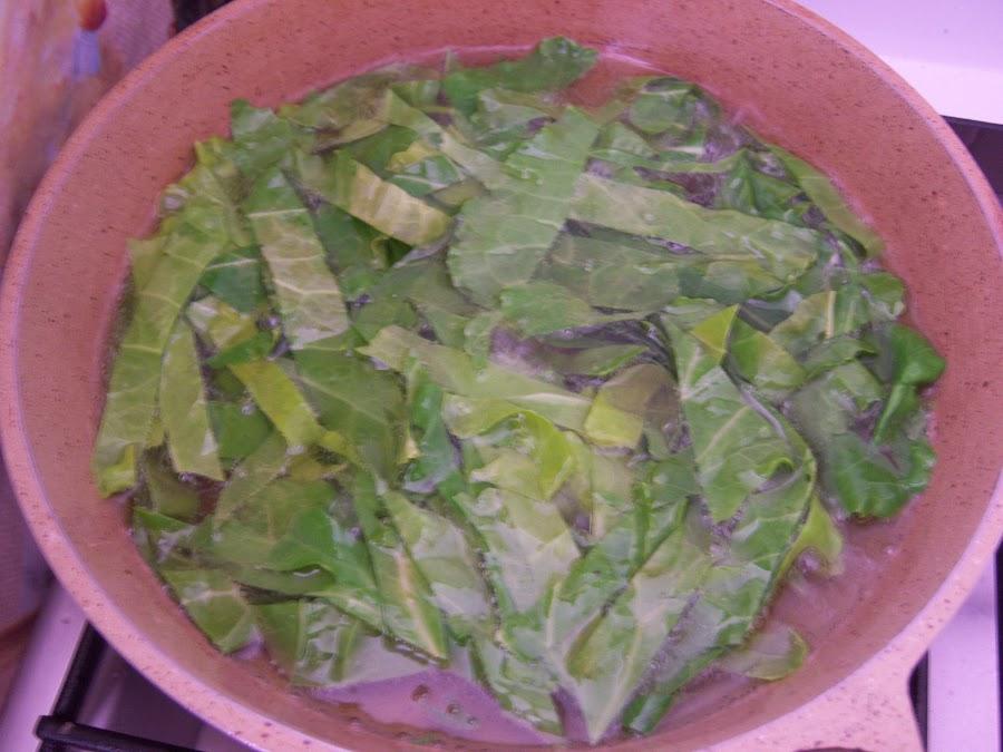Preparando las berzas fritas en la sarten.