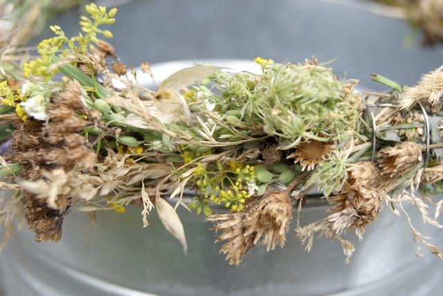Kranz aus Gräsern und Samenständen vom Feldrand