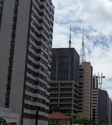 Imagem de prédios. Descomplicando fundos imobiliários