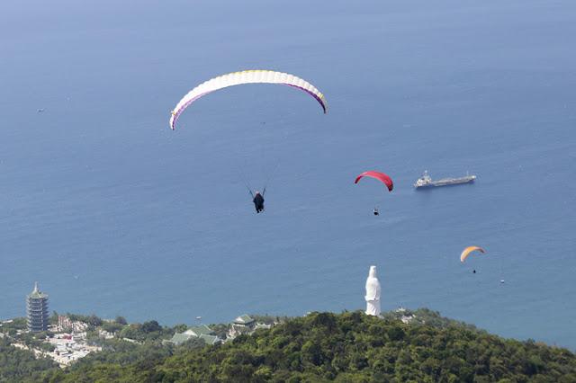 Enjoy the paragliding in Da Nang
