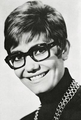 Η Μαρινέλλα γράφει χρονογράφημα στο περιοδικό «Φαντάζιο», την Πρωτομαγιά του 1969.