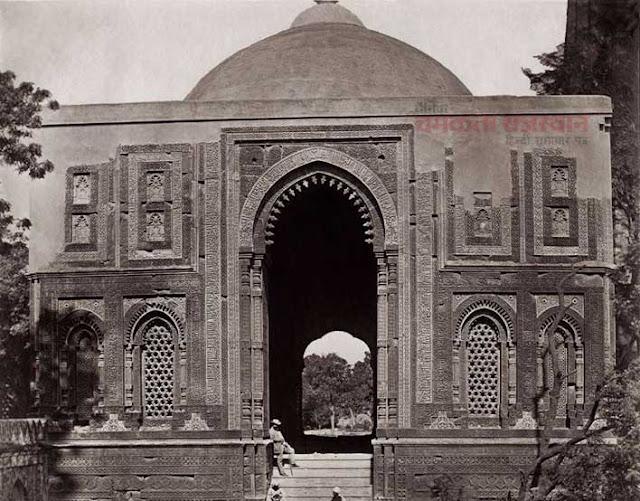 कैमरे ने वो देखा जो किसी ने नहीं देखा, Alai Darwaza in the Qutub Minar complex. 1858