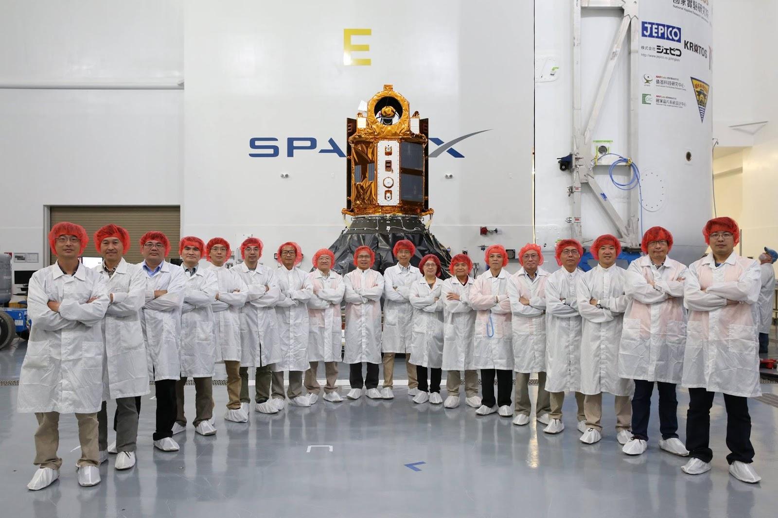 Nhóm kỹ sư và các nhà khoa học Đài Loan bên cạnh vệ tinh Formosat-5. Hình ảnh: NSPO.