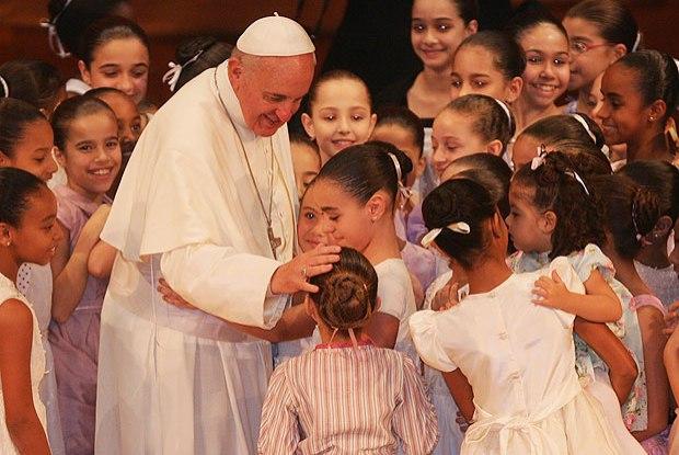 Papa ordena que que suspeita de abusos contra crianças sejam reportadas a polícia a partir de agora