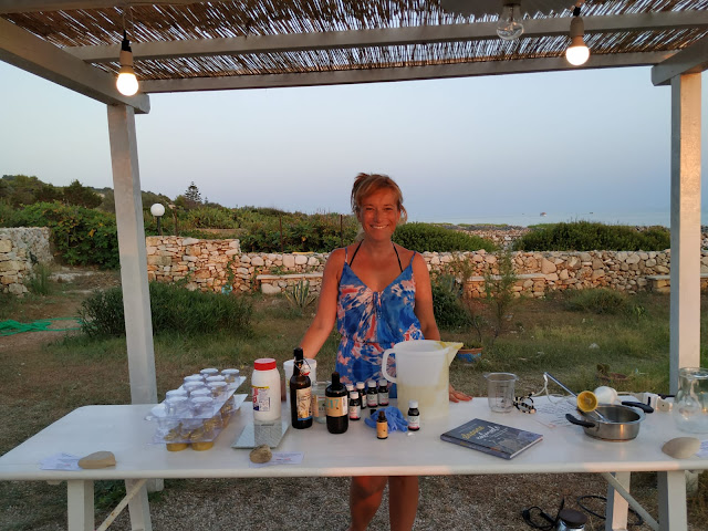 La preparazione dello shampoo solido al karité sul mare