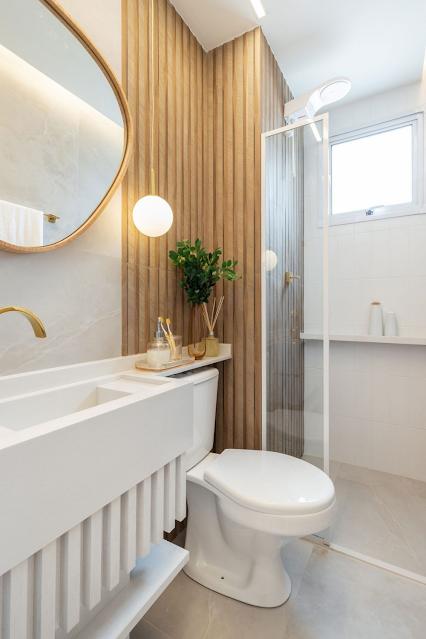 banheiro pequeno planejado sob medida branco e dourado