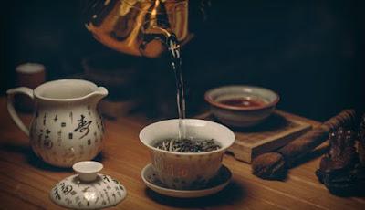 Gambar menyeduh teh hijau.