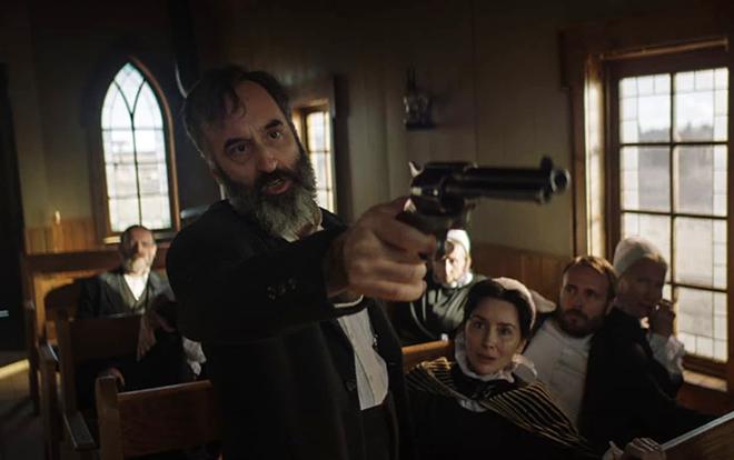 hombre armado con pistola en iglesia