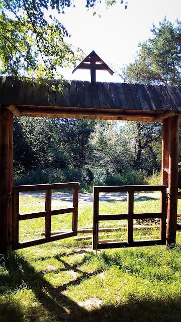brama wejściowa - cerkiew w Kotani