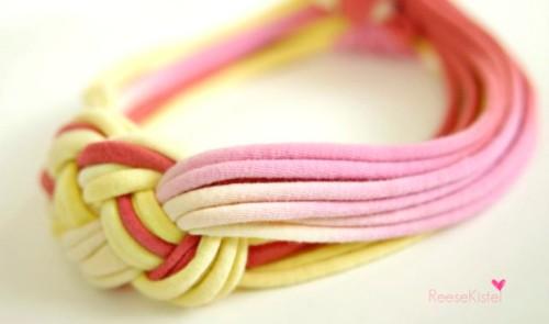 Bandana (headband) terbuat dari kain kaos bekas.