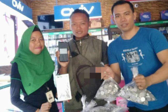Wow! Pria Di Bone Beli HP Dengan Uang Koin, 23 Kantong Dikumpul Selama 2 Tahun
