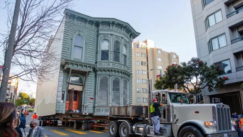 """نقل منزل """"فكتوري"""" من شارع إلى آخر بتكلفة 400 ألف دولار! (فيديو)"""