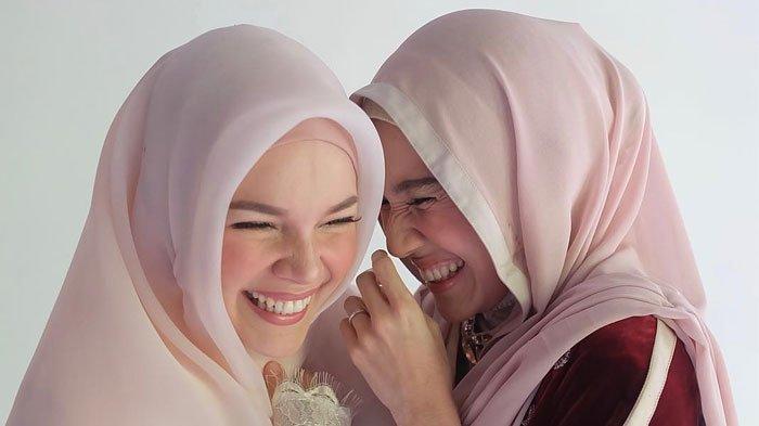 """Jawaban Cerdas Dewi Sandra Saat Disindir Warganet """"Bahasa Inggris Tak Islami"""""""