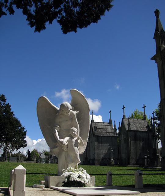 Escultura num cemitério