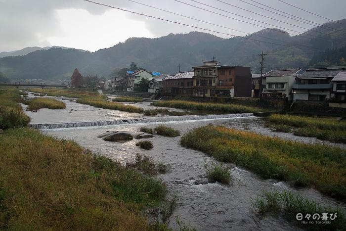 vue sur la rivière et les ryokan depuis le pont