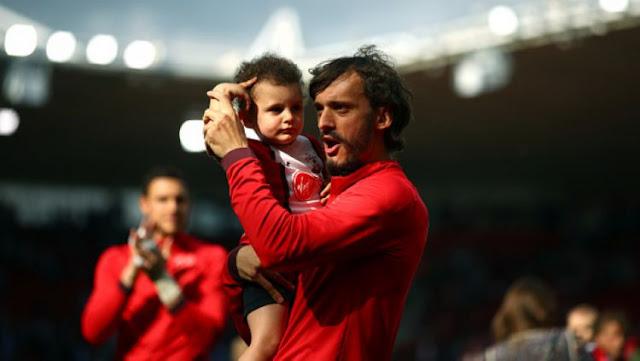 Manolo Gabbiadini merayakan keberhasilan Southampton bertahan di Liga Primer Inggris