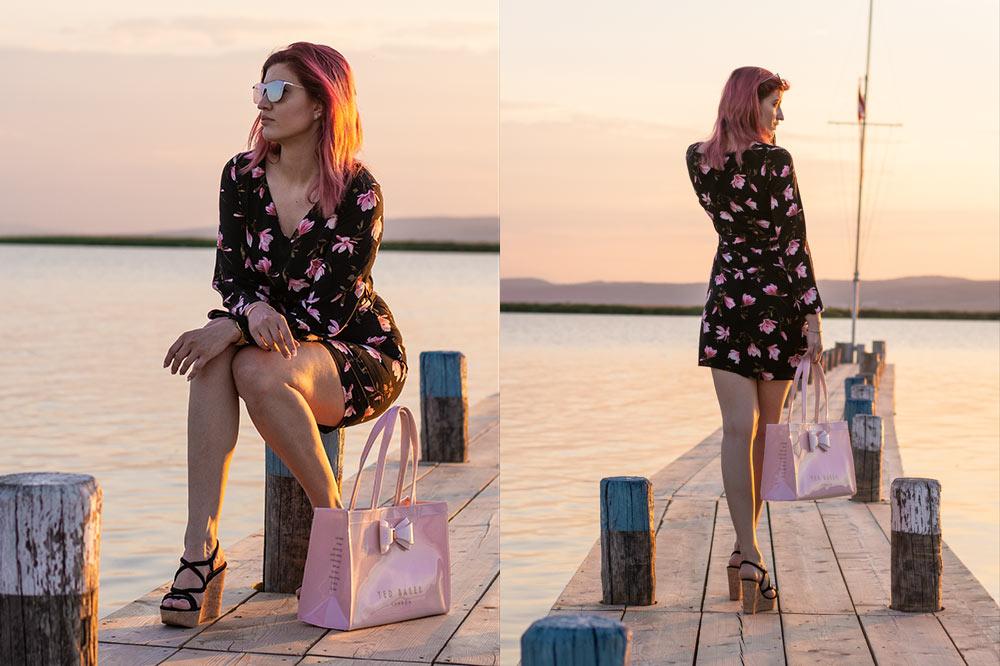 Outfit Rosy Flower sitzend ganz von hinten