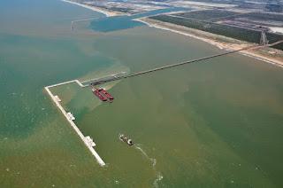 http://vnoticia.com.br/noticia/1458-vazamento-de-petroleo-durante-transbordo-no-porto-do-acu
