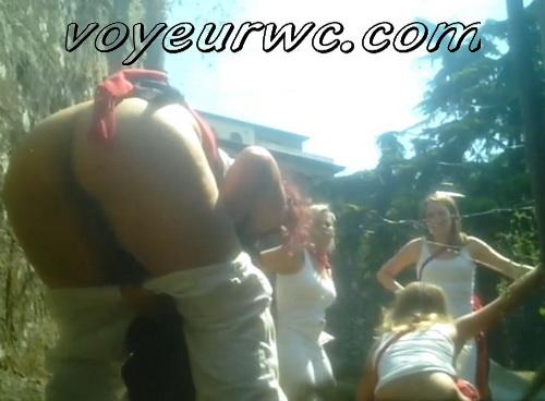 Girls Gotta Go 167_170_201 (Spanish drunk girls pee in a public place)