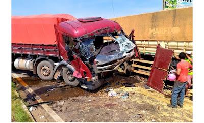 Colisão entre duas carretas deixa motorista preso a ferragens em Itapecuru-Mirim