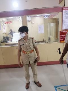 जालौन पुलिस द्वारा बैंक के अन्दर/बाहर संदिग्ध व्यक्तियों की चेकिंग कर सोशल डिस्टेंसिंग बनाए रखने हेतु निर्देशित किया                                                                                                                                                                           संवाददाता, Journalist Anil Prabhakar.                                                                                               www.upviral24.in                             जनपद जालौन उत्तर प्रदेश   आज दिनांक 22.06.2020 को पुलिस अधीक्षक जालौन डॉ0 सतीश कुमार के निर्देशन में जालौन पुलिस द्वारा बैंक/एटीएम में चेकिंग अभियान चलाया गया,चैकिंग के दौरान CCTV कैमरा/इमरजेंसी अलार्म व बैंक के अन्दर/बाहर संदिग्ध व्यक्तियों/वाहनों की चेकिंग कर सोशल डिस्टेंसिंग बनाए रखने हेतु निर्देशित किया गया।                                                                                                                                                                              संवाददाता, Journalist Anil Prabhakar.                                                                                               www.upviral24.in                                                                                                                                                                       संवाददाता, Journalist Anil Prabhakar.                                                                                               www.upviral24.in