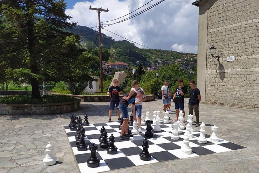 Ένα υπαίθριο σκάκι στην πλατεία της Πράμαντας!