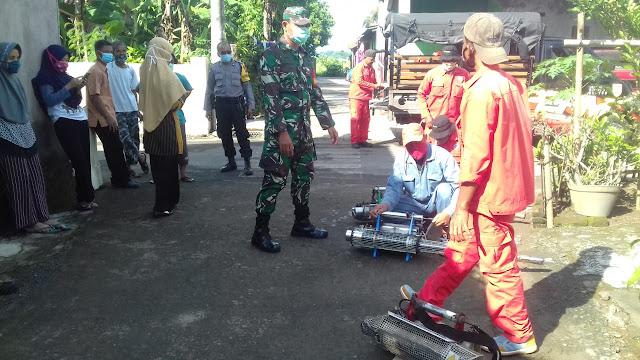Cegah Deman Berdarah Babinsa Koramil 23/Ceper Bantu Petugas Kesehatan Laksanakan Fogging