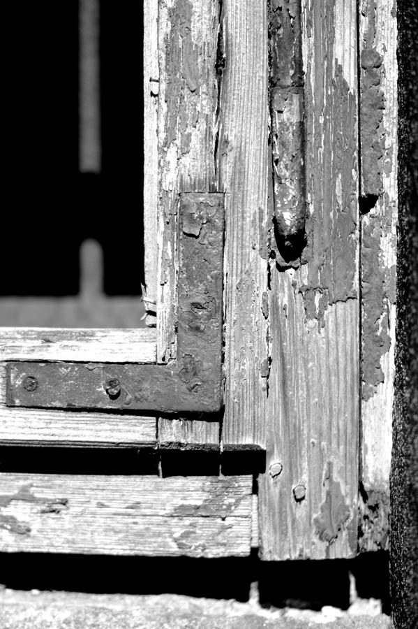 Blog + Fotografie by it's me! | fim.works | SchwarzWeissBlick No 15 | verlassenes Gehöft | Lost Place | verwitterter Fensterrahmen