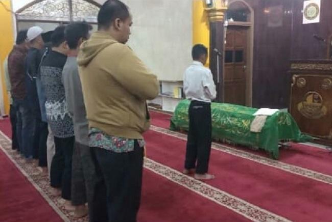Anak sholeh yang merupakan santri ini menjadi imam sholat ghaib bagi orang tuanya.