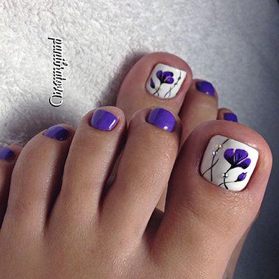 unhas dos pés decoradas com esmalte azul